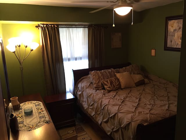 Private Room: 15 Minute walk to the Airport/Train