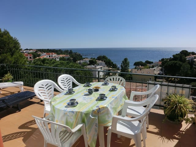 Well-lit top-floor apartment with a nice terrace and beautiful sea views, situated just 10 - Llançà - Appartamento