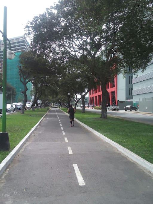 Ciclovia en la misma Avenida Salaverry llegando hasta el acantilado de la Costa verde.