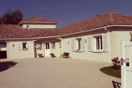 Belle suite dans villa provençale - Laneuvelotte