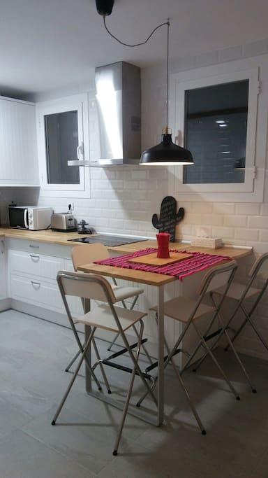 Cocina y mesa alta para comer
