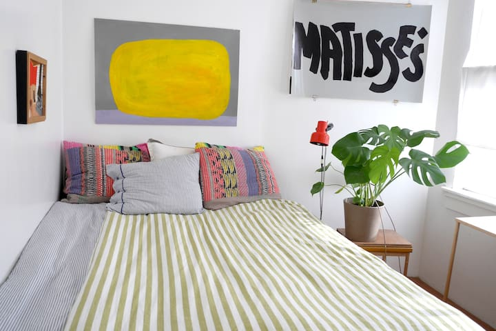 Bright bedroom in shared flat, great location