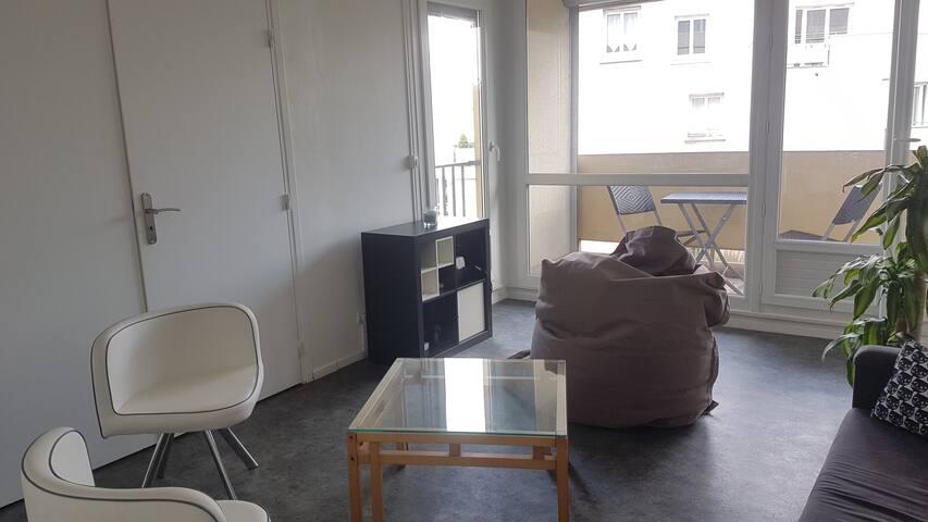 Chambre avec lit double dans appartement cosy