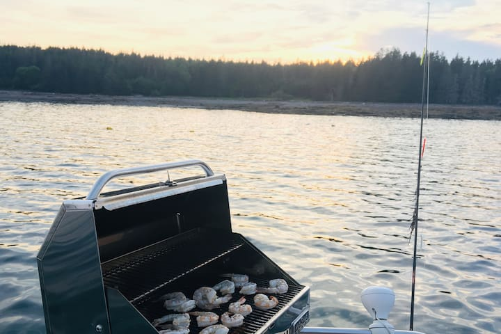 We provide light hors d'oeuvres and water, you can bring snacks, dinner to  grill on the boat and BYOB. Pop champagne for a celebration or we have what you need to prepare tea or coffee on the boat!