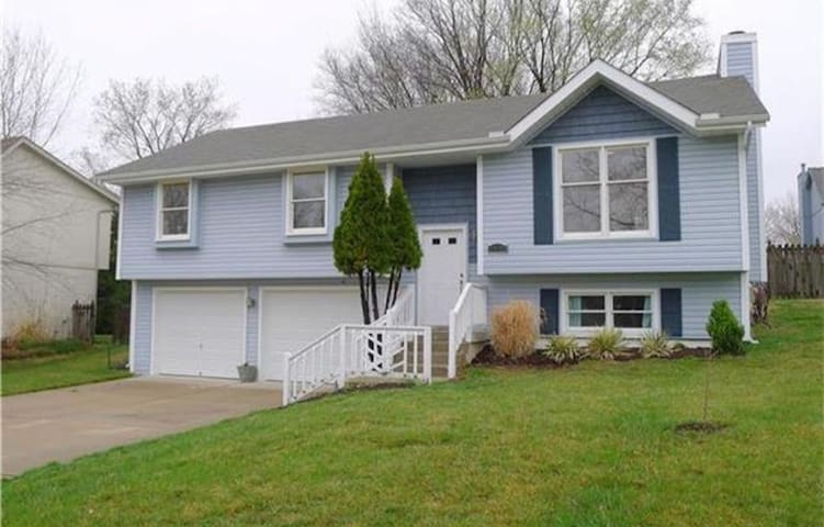 Basement with private bathroom near MCI airport.