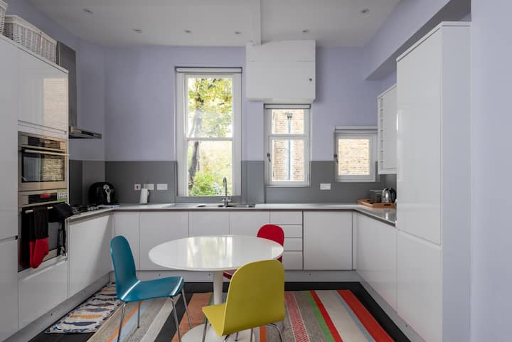 Bright 2 bed flat near Belsize Park, fits 4 guests
