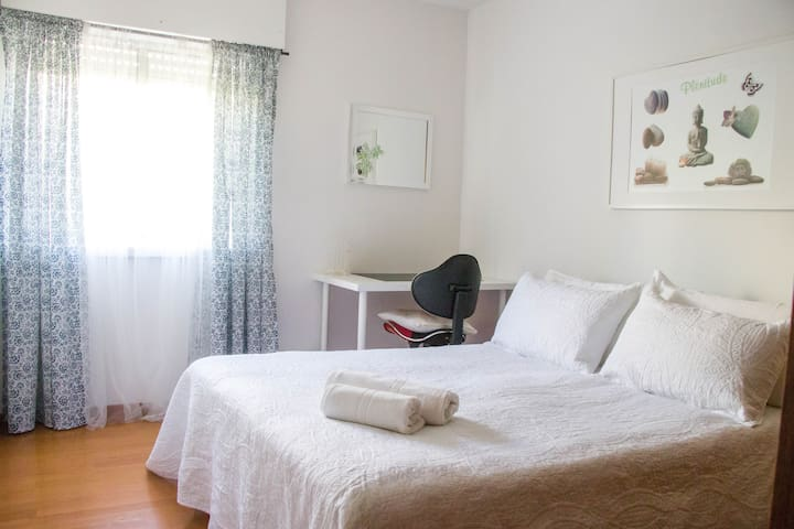 Stylish room for singles and couples in carcavelos