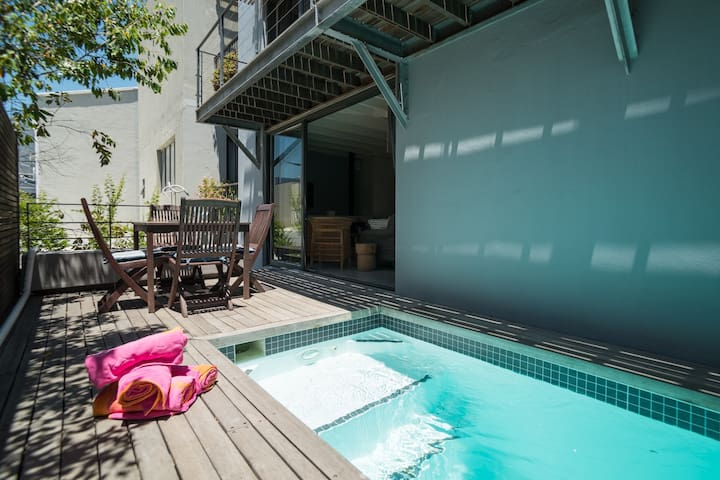 Trendy urban chic de Waterkant cottage with pool