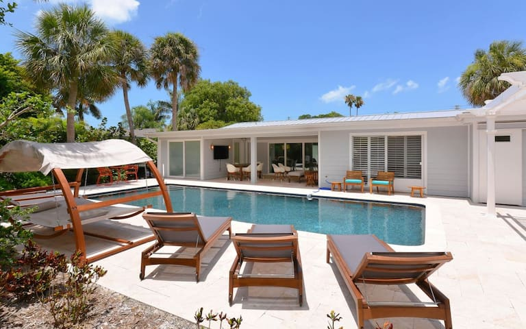 Beach Therapy! Sophisticated St. Armand's Home