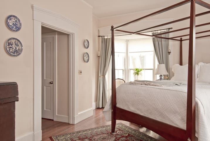 Newport 1st Floor Queen pvt bath CQ - Newport - Bed & Breakfast