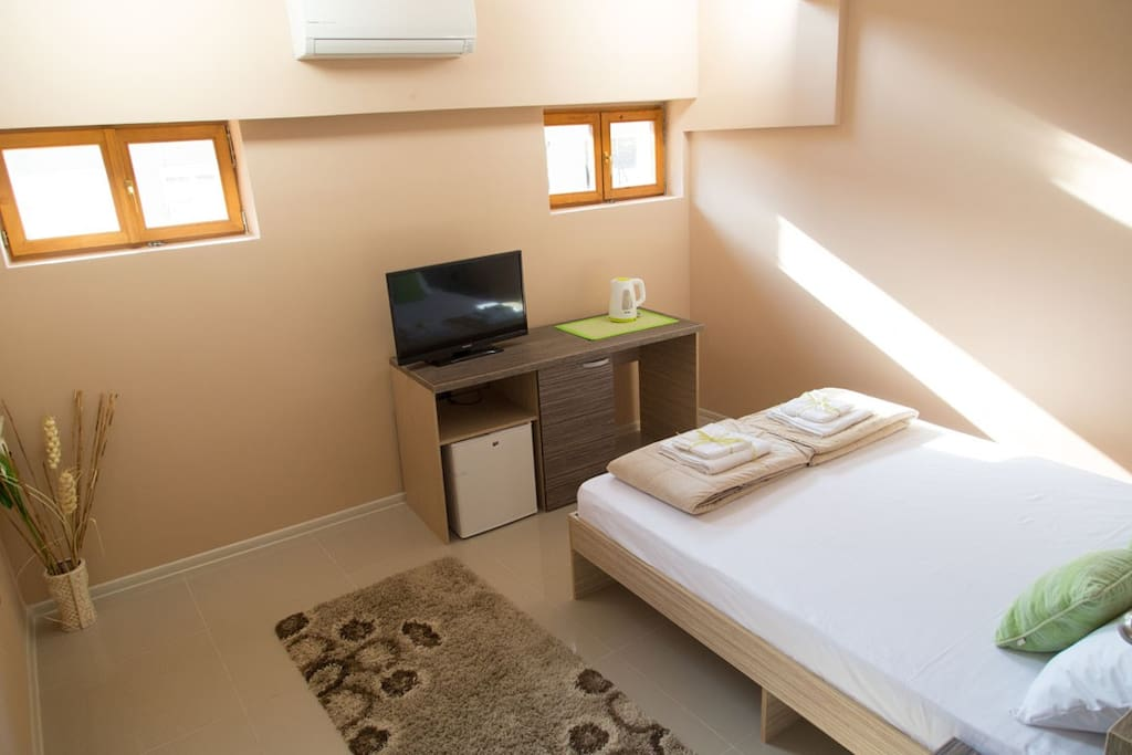 Bedroom with double bed, flat screen TV, airconditioning