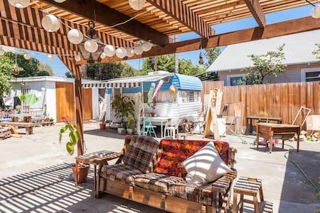 Backyard trailer in Highland Park! - ロサンゼルス - キャンピングカー/RV車