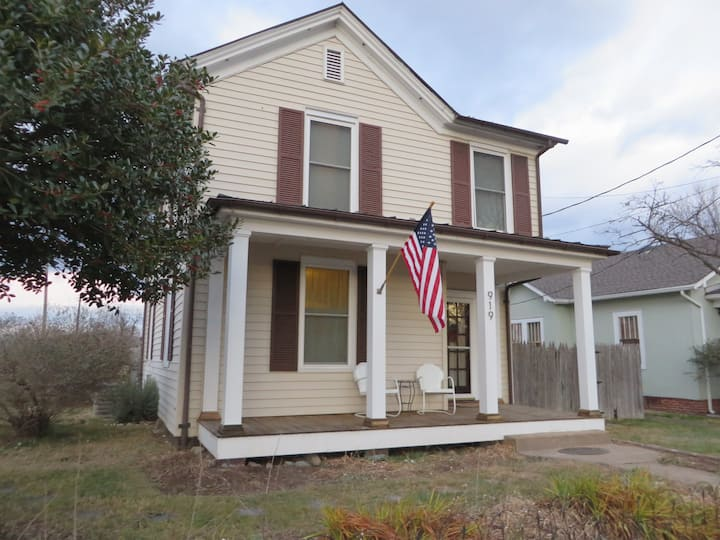 Charming Farmhouse in Belmont..walk to everything!