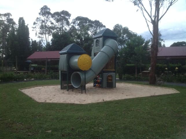 Amazement Farm & Fun Park Farmstay Accomodation - Wyong Creek - Hus