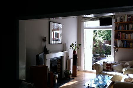 West London: Lovely Victorian Home, Double Bedroom - 伦敦 - 独立屋