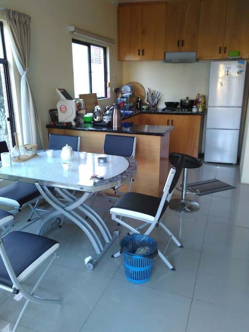 厨房与客厅