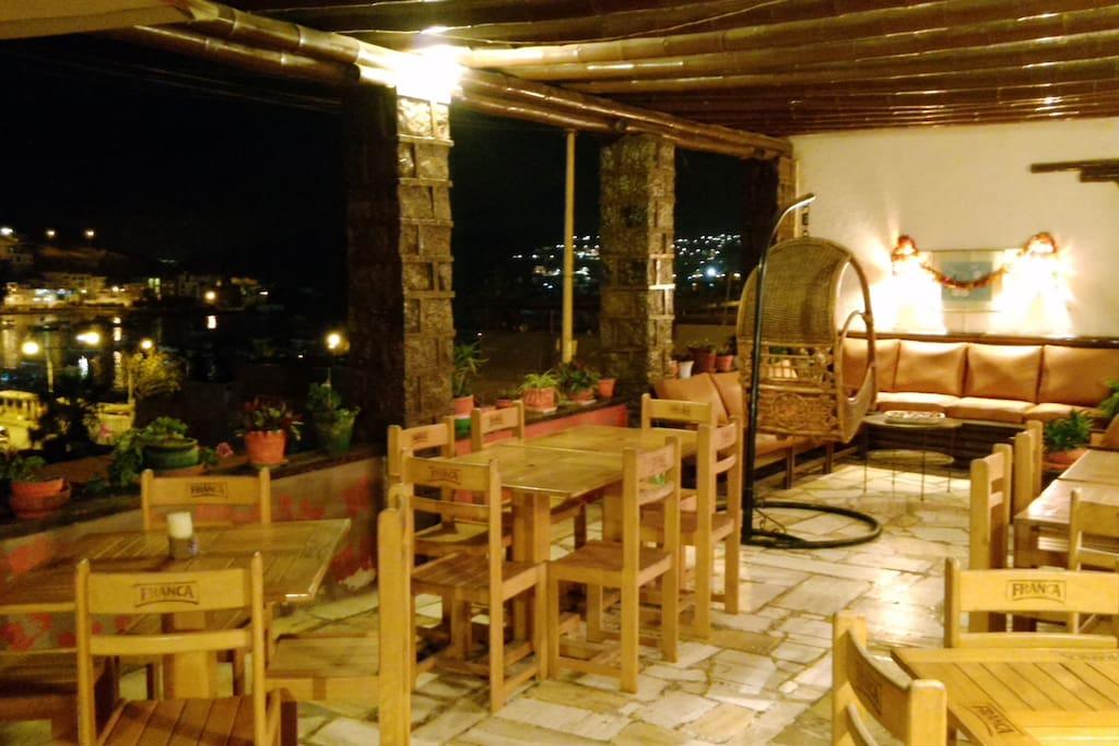 terraza con mesas a su disposicion.