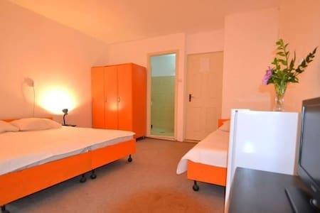 Hostel Pamira Triple Room 1 - Mamaia-Sat - Hostel