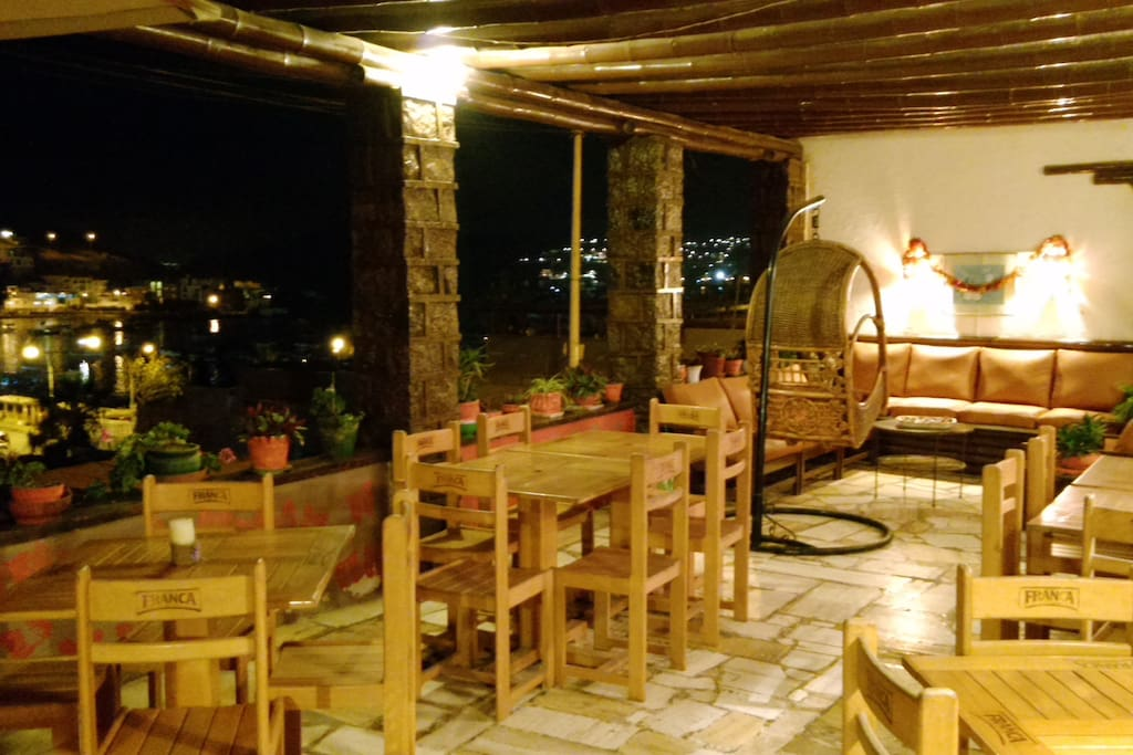 terraza con mesas para los clients.