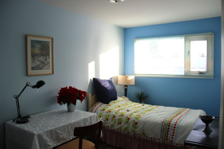 Quiet and cozy room near the park in safe area - Winnipeg - House