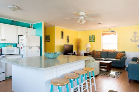 Bright & Beachy cottage - Walk to the Beach! - Kill Devil Hills - บ้าน