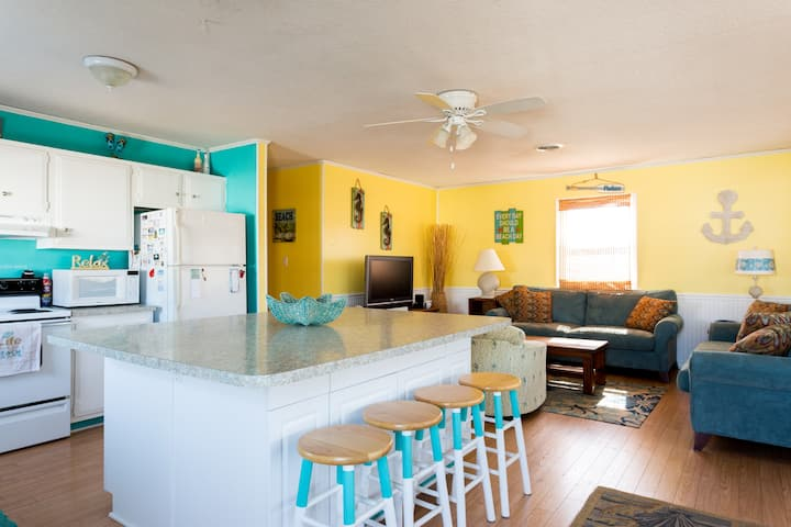 Bright & Beachy cottage - Walk to the Beach!