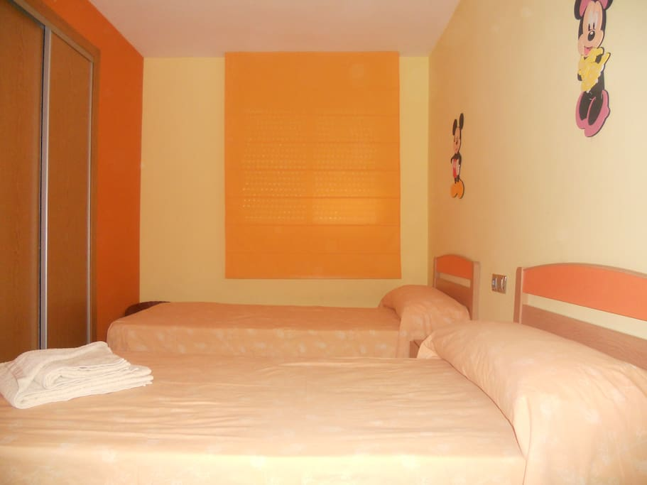 Dormitorio 2, con 2 camas individuales/ Bedroom 2 ,with 2 single beds / Chambre 2 ,avec 2 lits simples