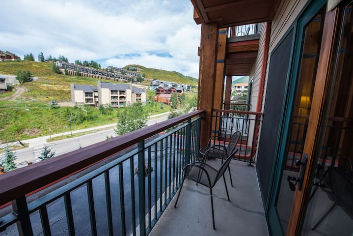 Spacious + Modern Condo | Near the Slopes with Hot Tub Access