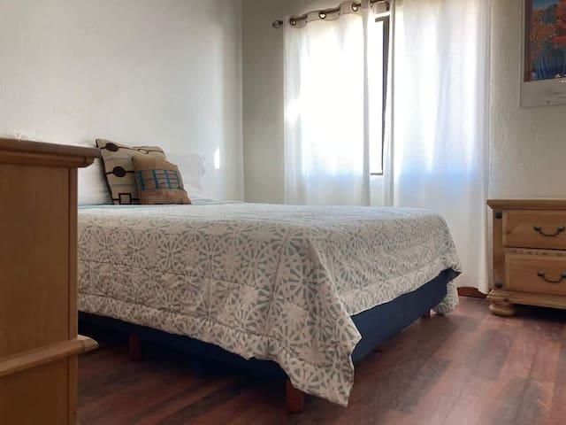 Master bedroom with queen size bed  Recámara principal con cama queen