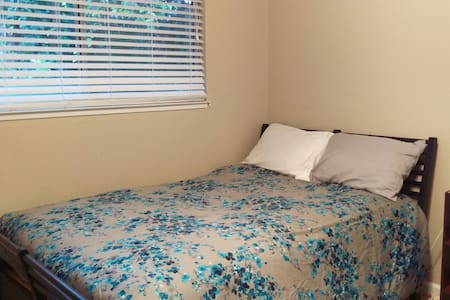 Bedroom 1 mile from CSUC - Chico