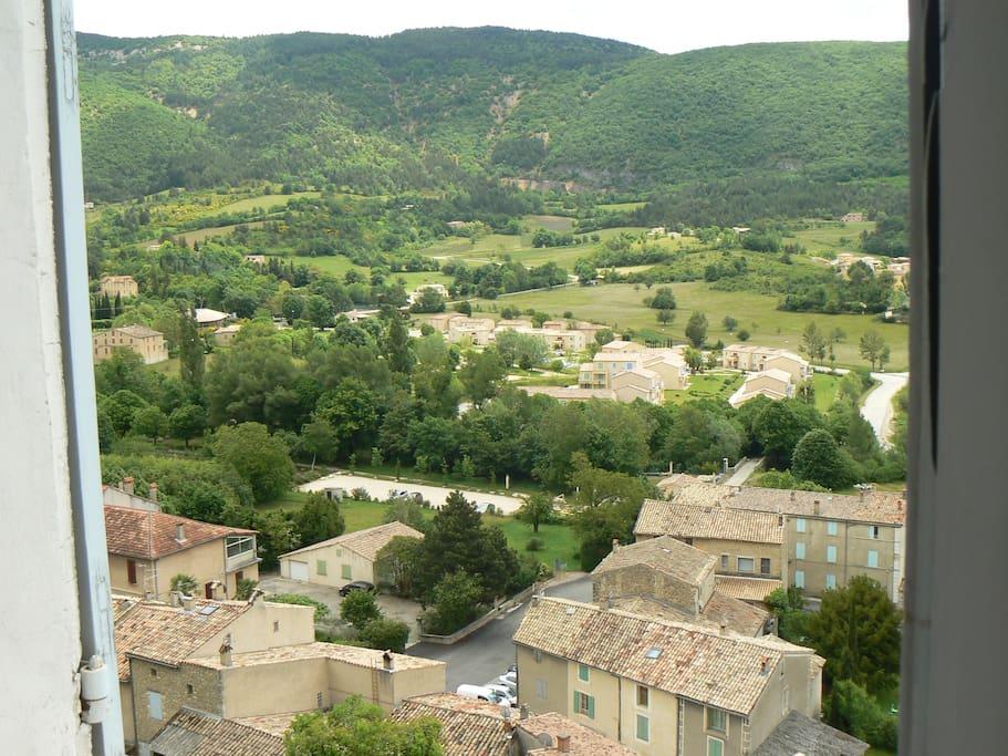 une belle vue sur le village et la montagne
