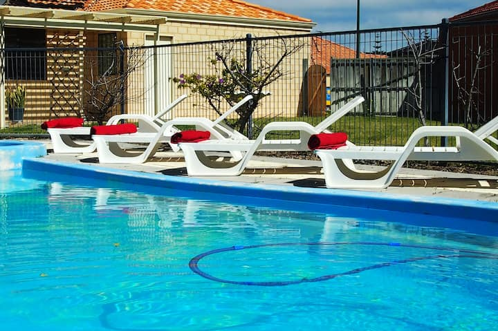 QUINNS RETREAT LARGE HOME WITH POOL INTERNET A/C