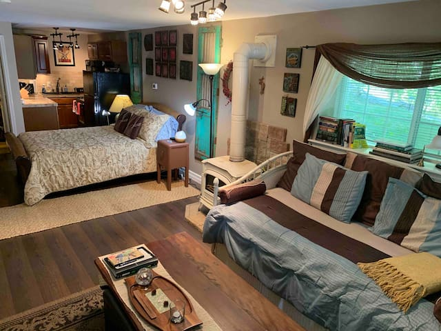 Single Day Bed and Queen bed
