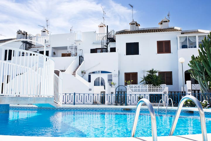 in front of amazing swimming pool - El Chaparral, Torrevieja - Appartement