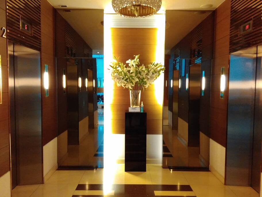 Lift on lobby