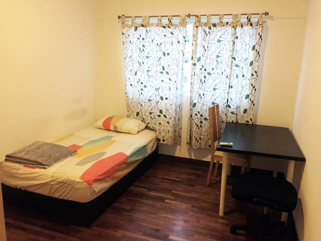 Simple 3-bedroom apartment near train station - Subang Jaya - Apartment