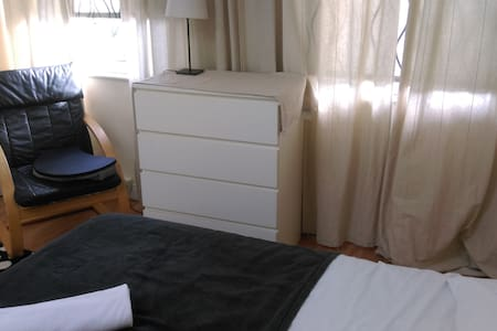 Ideally situated room for 3 people - Sutton
