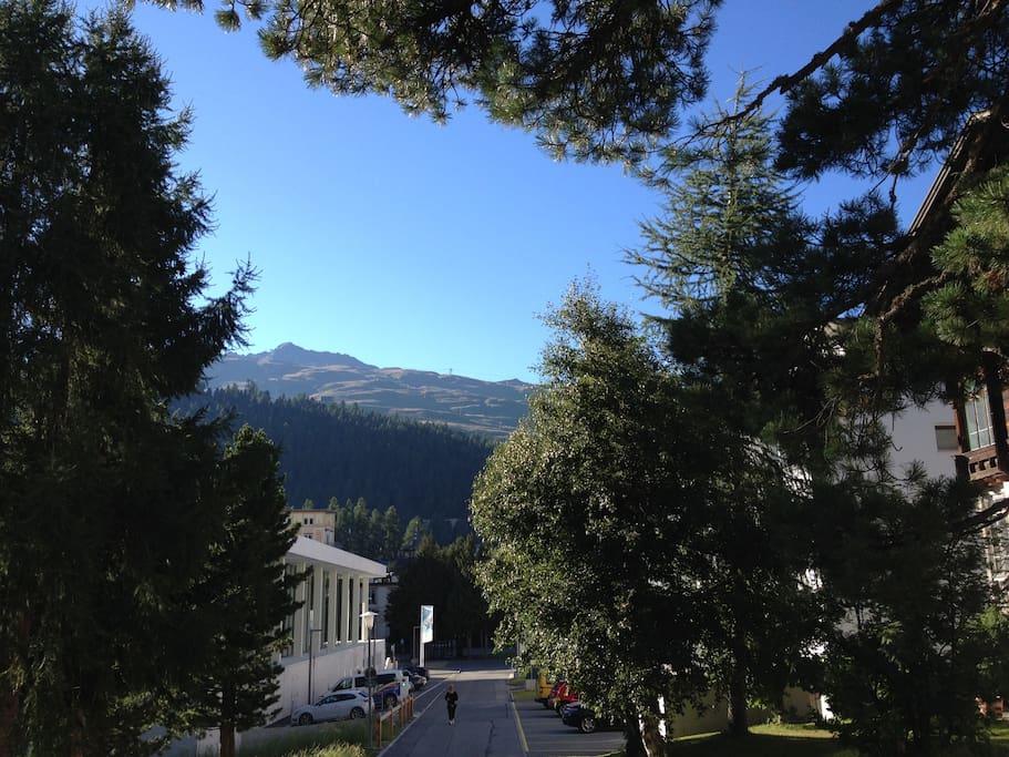 Aussicht vor dem Haus auf Corviglia Region (links Hallenbad)