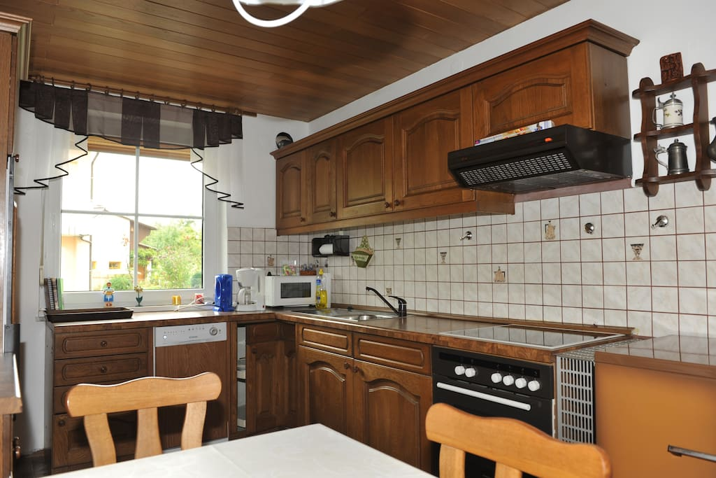 Küche mit Spülmaschine und Herd/Backofen