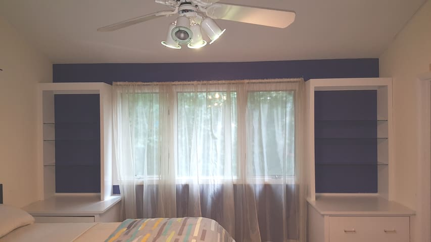 Large room 2 in Single Family Home with 2 Qn Beds