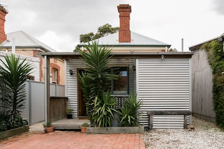 Romantic 1880s Spa Cottage Close to Glenelg Beach