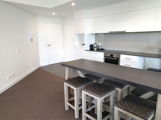 Clean 2 Bedroom 2 Bathroom Super Close to Beach - North Coogee - Apartment