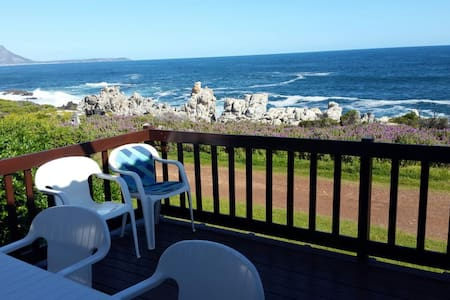 SEAFRONT FAMILY HOME WITH AMAZING VIEWS - Kleinmond