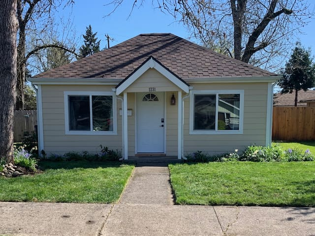Sweet little Bungalow with great walkability