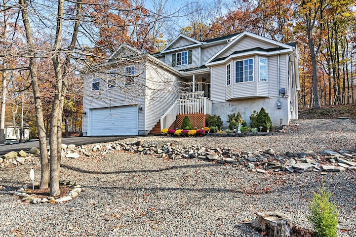 Charming 4BR Bushkill House w/Wooded Setting!
