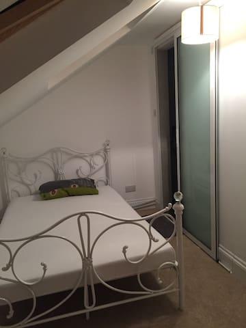 Ensuite loft room near Reading uni - Reading - House