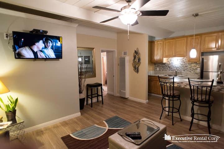Martini Suite 1 Bedroom Sleeps 5 kitchen & Parking