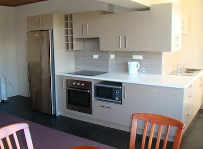 Fully-furnished comfortable apartment - West Launceston - Leilighet