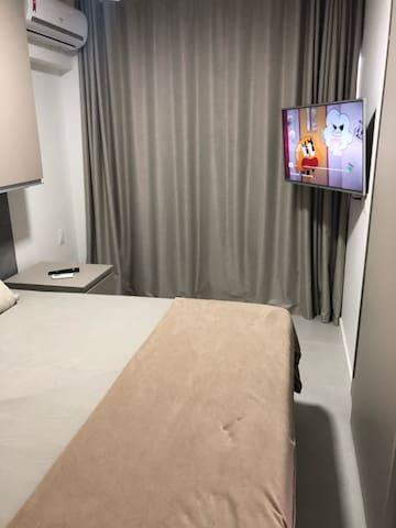 Suíte confortável com TV, Wi-fi, armários, e ar- condicionado