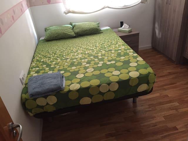 Habitación con cama de matrimonio Murcia capital.